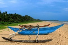 Traditionelles Fischerboot am Strand der Ayurveda Shunyata Villa